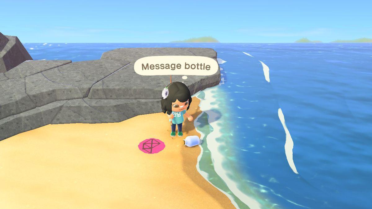 Un mensaje embotellado se queda en la costa mientras un residente lo enfrenta
