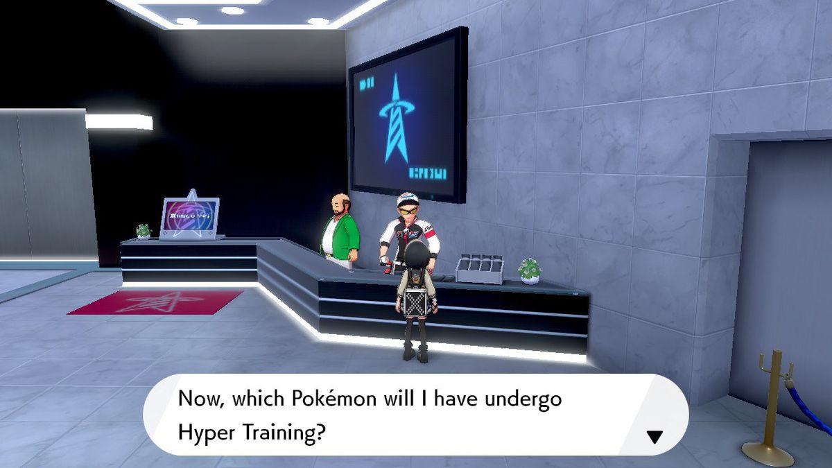 Un Entrenador Pokémon está en la Torre de Batalla, hablando con el NPC que Hyper Entrena Pokémon.